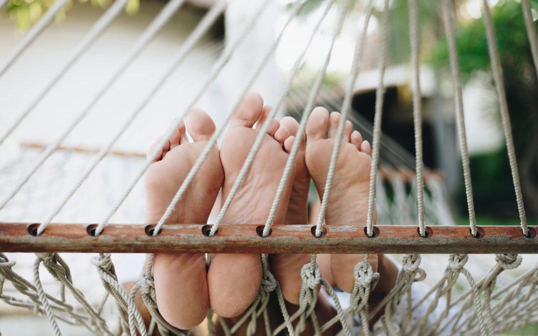 2 paar Füße in der Hängematte