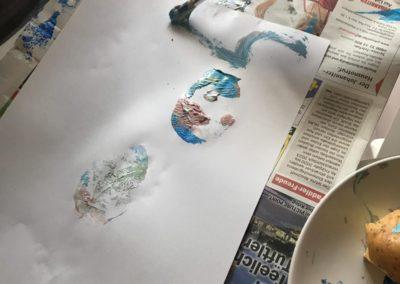 Kind malt mit Farbe