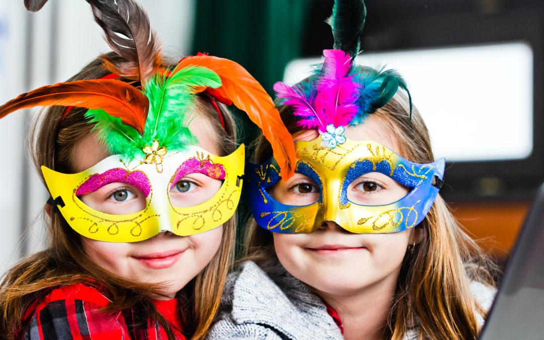 2 Kinder mit Masken
