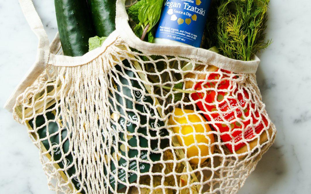 Einkaufsbeutel mit frischen Gemüse und Leckerein drin