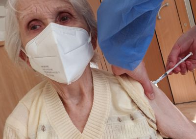 Ältere Dame wird geimpft